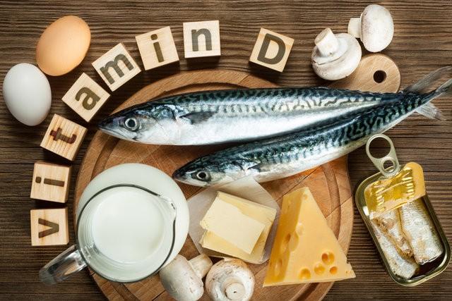 Nasıl sağlarız?  D vitamini ağırlıklı olarak güneş ışınları kullanılarak vücut tarafından sentezlenebilirse de, besinler yoluyla dışarıdan da alınabiliyor. Ağırlıklı olarak yağlı balıklar ve istiridye gibi deniz ürünlerinde bolca bulunuyor. Süt, yumurta ve mantarda da az miktarda bulunmakta ancak soya sütü inek sütüne göre daha fazla D vitamini içeriyor.