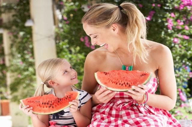 C vitamini: C vitamini bağışıklık sisteminde önemli etkilere sahip. Bu nedenle yaz aylarında mutlaka yeterli miktarda C vitamini almak gerekiyor. Aksi halde vücut bağışıklığı önemli ölçüde düşüyor ve özellikle viral hastalıklara karşı direnç azalıyor. Ek olarak C vitamini de yazın cildin zararlı etkilerine karşı önemli bir koruyucu.