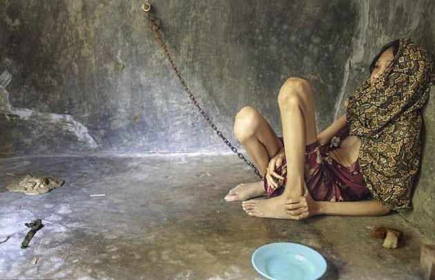 Endonezya kültüründe 'Pasung' adı verilen tedavi yönteminde, psikolojik rahatsızlığı olan kişiler ya aileleri tarafından ya da toplumsal ve dini 'tedavi kurumları' gözetiminde zincire vurulmuş halde insanlık dışı koşullarda yaşam sürdürüyorlar.