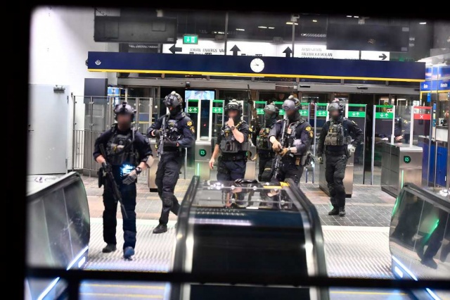 Stokgolm metrosida bomba harakati- Maxsus kuchlar metro stansiyasida.