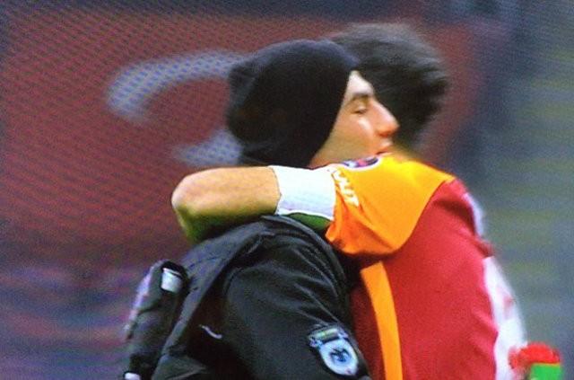 Maçın başlama düdüğünden önce Galatasaray kaptanı Selçuk İnan, taraftarların yoğun tezahüratları üzerine bir çevik kuvvet polisini tribünlere doğru götürdü.