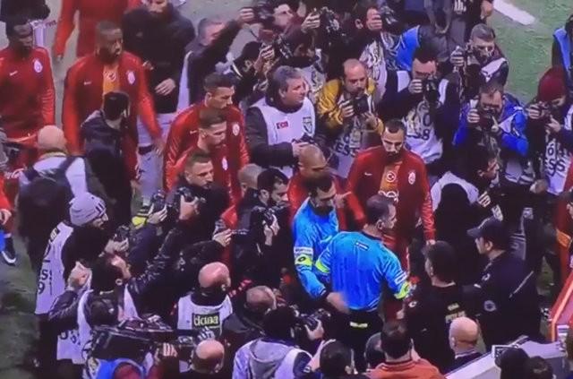 """İki takım futbolcuları sahaya """"Terörü lanetliyoruz"""" pankartıyla sahaya çıktı."""