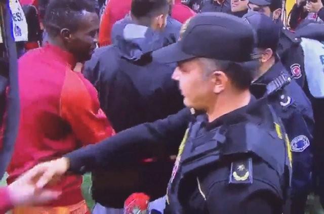 Spor Toto Süper Lig'in 14. haftasında Galatasaray'ın TT Arena'da Gaziantepspor'u ağırladığı öncesi dün Beşiktaş'ta gerçekleştirilen terör saldırısına tepki gösterildi.