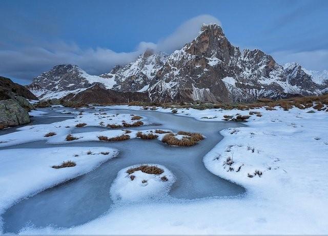 Manzara Kategorisi İkincisi, Alessandro Gruzza, İtalya Martino Doğal Parkı'nda, ilk karın düşmesiyle donan bir gölet...