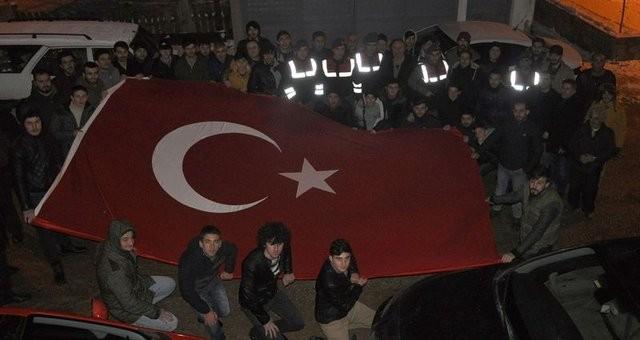 Bursa'nın İnegöl İlçesi'nde bir grup genç, asılsız kavga ihbarıyla mahalleye çağırdıkları jandarma ekiplerini bayraklarla karşılayıp moral verdiler.