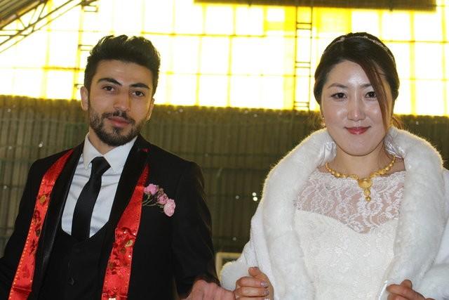 Hakkarililer, Koreli dünürleriyle halaylar çekerek çiftin mutluluğunu paylaştı.