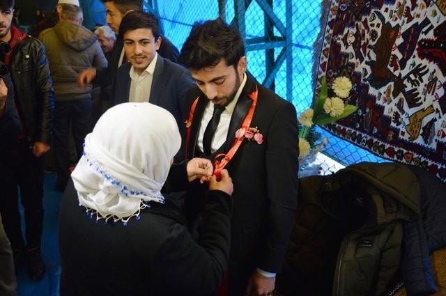 Kent merkezindeki bir halı sahada yapılan düğüne, gelin ve damadın yakınları katıldı. Yörenin örf ve adetlerine göre yapılan görkemli düğün töreni, gelinin lüks bir otomobille gelmesiyle başladı.