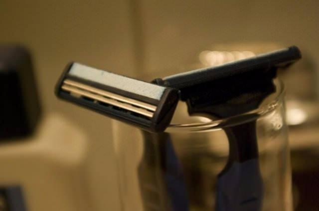 Banyodaki nemli koşullar, metal jiletlerinin paslanmasına yol açar. Bu yüzden, kullandığınız jiletleri saklamak için banyo haricinde bir yer seçmelisiniz.