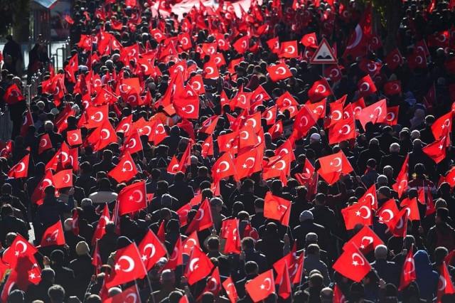"""Şanlıurfa'da """"teröre lanet"""" yürüyüşü   Şanlıurfa'da, İstanbul'daki terör saldırısına tepki amacıyla düzenlenen """"Teröre lanet, kardeşliğe davet"""" yürüyüşüne binlerce kişi katıldı. Sivil Toplum Kuruluşları Platformu tarafından organize edilen yürüyüşte bir araya gelen, aralarında belediye başkanları, siyasi parti temsilcileri, esnaf, öğrenci ve memurların bulunduğu binlerce kişi ellerinde bayraklarla Abide Meydanı'nda toplandı. Tekbir getirerek ellerindeki Türk bayraklarıyla, """"Şehitler ölmez vatan bölünmez"""", """"Vatan sana canım feda"""", """" Polise kalkan eller kırılsın"""", """"Kahrolsun PKK"""", """"Ne mutlu Türküm diyene"""" şeklinde sloganlar atan gruptakiler, Atatürk Bulvarı'ndan Rabia Meydanı'na kadar yürüdü."""