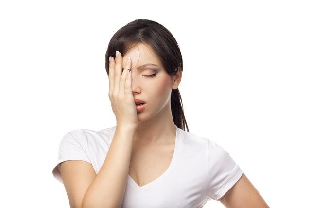 1- Gerginliğinizi alır  Stres birçok insanın genel sorunu... Yatakta dönüp durmanıza yol açan stres ve anksiyete gibi durumlar uyumanızı güçleştirir. Komodin üzerindeki limon ise sizi sakinleştirir. Araştırmaya göre; narenciye kokusu kişinin beyin dalgalarını ve duygularını rahatlatıyor.