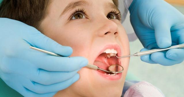 Folktandvården'deki bir diş hekimi, hastasının yanlış dişini çekerek, ciddi sorunlara neden oldu.   Çekilen yanlış diş nedeniyle, diğer dişlerin bağlantısında sorun meydana geldiği belirtildi.