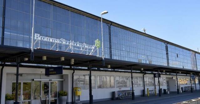 İsveç'te lokal havalimanları ekonomik kriz nedeniyle kapatılıyor.   Mayıs ayında koronavirüs salgını nedeniyle uçuşların azalması ve ilgisizlik nedeniyle maliyetlerinin artması üzerine Ängelholm havalimanı ikinci bir duyuruya kadar kapatılmıştı.  Şimdi buna bir yenisi ekleniyor: Başkent Stockholm'de yer alan Bromma havalimanı ile ilgili yeni bir araştırma sonucunda havalimanının zarar ettiği ve kapatılması gerektiği belirtildi.