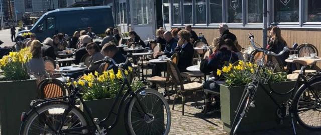 İsveç'teki virüs salgınının merkezi olan başkent Stockholm'de güneşin görülmesiyle birlikte insanlar yine kendini dışarı attı.