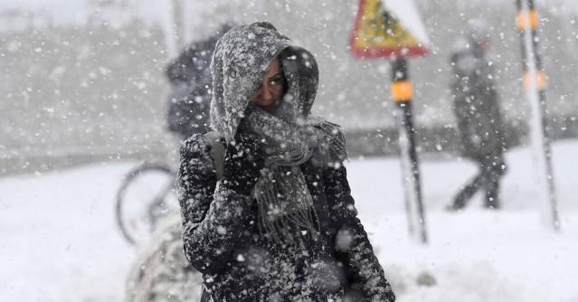 SMHI, Pazartesi akşamından Salı sabahına kadar Västernorrland'da çok şiddetli rüzgar, kar yağışı ve zorlu hava koşulları için uyardı.  Tüm bölgeye gece boyunca 20 ila 40 santimetre kar yağması bekleniyor.  Pazartesi öğleden sonra güneyden yoğun kar yağışı geliyor.