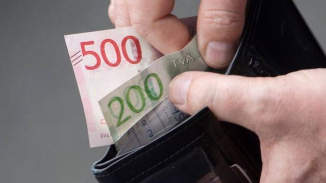 İsveç kronu Türk Lirası karşısında tarihin en fazla değer kazanın son bir yılını yaşıyor.  Döviz ve para piyasaları sitesi Inversting verilerine göre, 23 Ekim 2019 tarihinde 0,59 olan SEK TRY fiyatlaması bugün Merkez Bankası'nın faiz oranını sabit tutmasıyla birlikte yeniden yükselişe geçti.