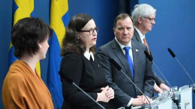 """Eğitim Bakanı Anna Ekström: Noel'den sonra okulların kapatılabileceğini söyledi.  Pandemi Noel tatillerini hesaba katmaz.  Tatilden sonra enfeksiyon artarsa okulların kapatılabileceğini belirten Eğitim Bakanı Anna Ekström şöyle diyor:  """"Hükümet olarak bunu son derece yakından takip ediyoruz.  Noel arifesine bir aydan biraz daha fazla bir süre kala lise ve ilkokul öğrencileri Noel tatiline bakmaya başlar. Ancak bu yıl hiçbir şey her zamanki gibi değil."""" ifadeleri kullandı."""