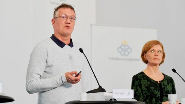 İsveç'teki koronavirüs vakalarındaki ölüm oranları son günlerde ciddi şekilde artmaya başladı.  Hafta başından bu yana ortalama günde yüzden fazla hastanın hayatını kaybettiği İsveç'te koronavirüsle mücadele konusunda sınıfta kaldığı tartışılmaya devam ederken, yetkililer alınan önlemlerin yeterli, durumun kontrol altında olduğunu söylüyor.  İsveç'teki son durum nedir? Bugünkü basın toplantısında neler söylendi?