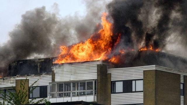 İsveç'in Landskorona şehrinde bir apartmanda büyük bir yangın çıktığı ve bazı insanların binada mahsur kaldığı bildirildi.  Landskrona'nın kuzeyindeki Silvergården'de çıkan yangın nedeniyle büyük panik yaşanıyor diye bildirildi.
