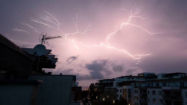 Şiddetli yağmur ve gök gürültülü sağanak yağış ülkenin birçok yerini etkiledi.   Umeå'daki Norrland Üniversite Hastanesi Pazar sabahı bir saat boyunca elektriksiz kaldı.  Västerbotten'deki binlerce hane, gece şiddetli gök gürültülü sağanak yağış nedeniyle elektriksiz kaldı. Umeå'daki üniversite hastanesi de etkilendi. Önce normal akım gitti, ardından fırtına nedeniyle yedek güç de çalışmadı.  Ani elektrik kesintileri durumunda teknolojik cihazları korumak için yedek güç başlatılamadı, yağışın çok etkili olması kısa devreye neden oldu.