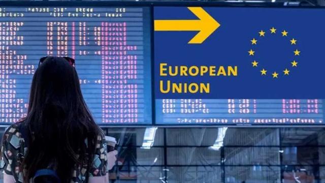 """Avrupa Birliği (AB) yaz sezonuna girerken birlik üyesi olmayan ülkelere uygulanacak Covid-19 kısıtlamaların gevşetmeye hazırlanıyor.  Mart 2020'de sınırlarını """"zaruri olmayan seyahatlere"""" kapattığından bu yana sınır politikasını sürekli gözden geçiren AB haziran ayından itibaren kapılarını turizme açmayı amaçlıyor.  Üye ülke diplomatları Avrupa Komisyonu'nun 3 Mayıs'ta """"güvenli"""" tanımlamasının yumuşatan önerisini onaylayarak tam doz Covid-19 aşısı olmuş kişilerin seyahatine izin veren kapıyı araladı.  AB'nin yürürlükteki uygulaması kapsamında halen son 14 gün içinde her 100 binde 25 vakanın altındaki ülkelere AB'ye seyahat izni veriliyor.  Bu kapsamda yalnızca 7 ülke vatandaşlarına aşı olduğuna bakılmaksızın AB'ye turist olarak girişine imkan tanınıyor. Bu ülkeler Avustralya, İsrail, Yeni Zelanda, Ruanda, Singapur, Güney Kore ve Tayland."""