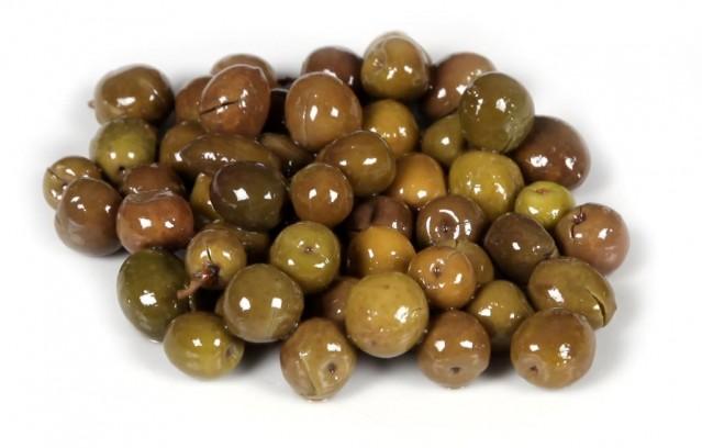 Elbette zeytin sadece Türkiye'de yetiştirilmiyor, Akdeniz kıyıları zeytin ağaçlarıyla kaplı desek yanılmış olmayız. Suriye'den Tunus'a, Yunanistan'dan İtalya'ya, Girit'ten İspanya'ya kadar pek çok yerde 4 bin yıldan fazla süredir zeytin yetiştiriliyor.