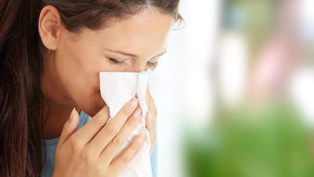 Öksürük, ateş, titreme ve nefes darlığının zatürenin en yaygın semptomları olduğuna dikkat çeken Prof. Dr. Rasmussen, akıl karışıklığı, özellikle yaşlı kişilerde aşırı terleme ve nemli cilt, baş ağrısı, iştah kaybı, enerji düşüklüğü ve bitkinlik, keyifsizlik (iyi hissetmeme), keskin göğüs ağrısı ya da batma, derin nefes alırken ya da öksürürken hissedilen ağrı şiddetinde artışın ise hastalarda görülen diğer semptomlar olduğunu söyledi.