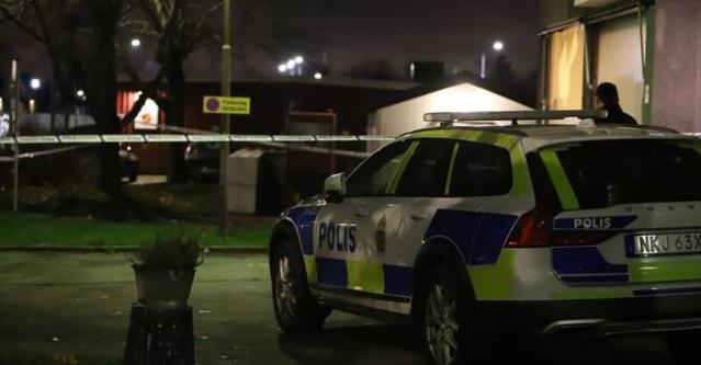 Başkent Stockholm'ün kuzeyindeki Täby'de bir pizzacıda cinayet girişimi olduğu bildirildi.  Edinilen bilgilere göre, Stockholm'ün kuzeyindeki Täby kyrkby (kilise köyü)'de cinayet girişimi ile ilgili polise ihbarda bulunuldu.  Olayla ilgili harekete geçen polis ekipleri, pizzacıda bir kişinin bıçaklandığını açıkladı.
