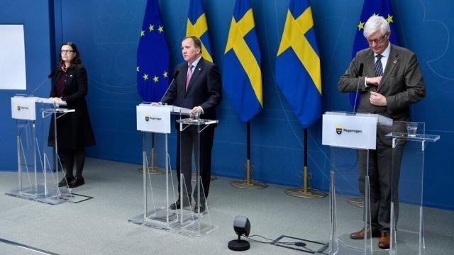 İsveç başbakanı Stefan Löfven artan virüs vakaları ve okullarda enfeksiyonun önü alınamaz ölçüde yayılması üzerine, uzaktan eğitime geçileceğini açıkladı.  Stefan Löfven, 2020'nin karanlık bir yıl olduğunu ancak aynı zamanda toplumun birçok iyi tarafını gösterdiği bir yıl olduğunu söyledi.  İsveç'te uzaktan eğitimle ilgili beklenen karar nihayet verildi. Löfven, Pazartesi'den itibaen liseler uzaktan eğitime geçiyor ve bu karar 6 Ocak Çarşamba gününe kadar geçerli olacak dedi.  İsveç Halk Sağlığı Kurumu'nun web sitesinde, karardan kimin etkilendiğini ve kimin etkilenmediği bilgisine yer verildi.