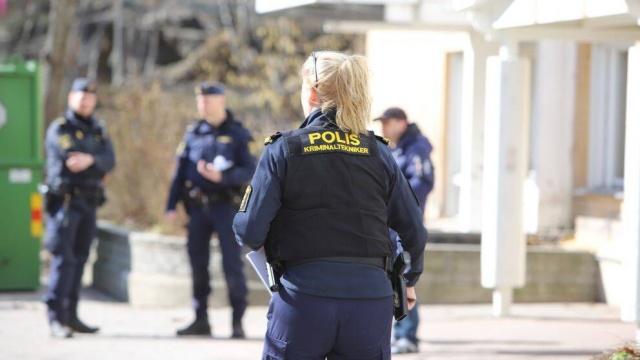 """Huddinge'nin Flemingsberg mahallesinde bir kadına ağır şiddet uygulanması sonucunda yaşamını yitirdiği bildirildi.  Edinilen bilgilere göre, Cumartesi sabahı Flemingsberg'de bir apartman dairesinde ağır yaralı halde bir kadın bulundu. Polis aynı apartmanda yaşayan bir kişiyi cinayet şüphesiyle gözaltına aldı.  """"Bir kadının hayati tehlike arz edecek şekilde yaralandığına ve dairede bir erkeğin olduğuna dair birkaç telefon aldık"""" diyen  Stockholm Polisi basın sözcüsü Ola Österling, ihbar üzerine harekete geçtiklerini ve olay yerine vardıklarında olayın doğru olduğunu belirtti."""