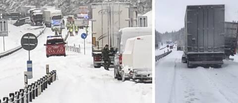 """Örebro'nun Finnerödja ile Laxå arasında yer alan E20 karayolunda büyük bir trafik kazası meydana geldi.   Polise göre kazaya çok sayıda kamyon ve araba karıştı.  """"Yeni geldik. Ama görünüşe göre kazaya karışan dört kamyon ve birkaç araba var"""" diyen Polis memuru Jan Materne, bazı arabaların yolda ve diğerlerinin yolun dışına çıktığını aktardı."""