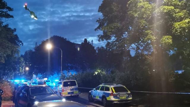 """Başkent Stockholm'ün kuzeybatısındaki Rinkeby'de dün akşam saat 23 sıralarında bir kişi silahlı saldırı sonucu öldürüldü.  Olayla ilgili açıklamada bulunan Stockholm Polisinden Tove Hägg, büyük bir soruşturmanın devam ettiğini söyledi.  Pazartesi akşamı saat 23:00'te SOS, Stockholm'ün kuzeybatısındaki Rinkeby'de bir kişinin silahlı saldırıya uğradığı bilgisi aldı.  Bir yerleşim yerinde bir adam açık havada vurulmuştu. Olay yerine çok sayıda polis devriyesi ve bir ambulans helikopteri sevk edildi.  """"Olay yeri polislerle dolu"""" ifadeleri kullanan Stockholm bölge polisinin basın sözcüsü Mats Eriksson, Salı gününe kadar gece boyunca bir veya daha fazla failin peşinde olduklarını belirtti."""
