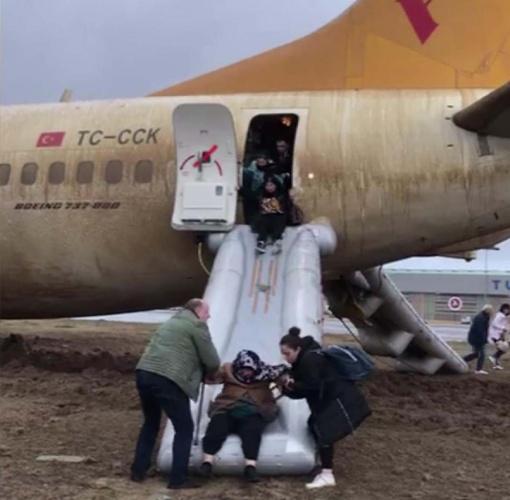 Sharjah (Birleşik Arap Emirlikleri) - İstanbul Sabiha Gökçen seferini yapan Boeing 737-800 tipi yolcu uçağı, inişinin ardından pistten çıktı. Saat 09.05'te pist kenarındaki toprak alanda duran uçağın yolcuları, 'slide' olarak adlandırılan şişme kaydırak yardımı ile tahliye edildi. Tahliye edilen 164 yolcu terminale getirildi. Burada pasaport kontrolünden geçerek ülkeye girişleri yapılan yolcular konaklayacakları otele yönlendirildi.