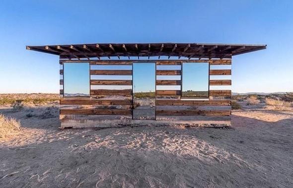Amerikalı sanatçı Philip K. Smith , Kaliforniya'daki ıssız bir çölün üzerinde bulunan evinin dış kısmına sıra sıra aynalar yerleştirdi.