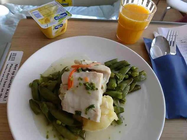 17. Hollanda: Balık, haşlanmış fasulye, patates püresi, puding ve portakal suyu.