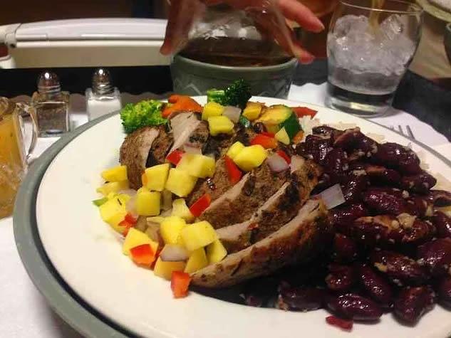 18. Birleşik Arap Emirlikleri: sebzeli tavuk rosto, Meksika fasulyeli pilav ve tatlı.