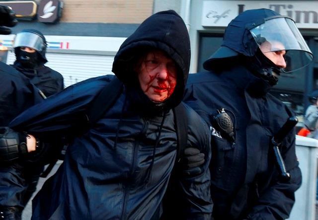 """Gezi olaylarına """"Boyun Eğme"""" diyen Alman medyası Frankfurt olayların """"KAOS"""" başlıkları atıyor.  Alman polisinin kullandığı orantısız güç, göstericileri sürükleme, her türlü işkenceye susan BBC, CNN ve diğer iki yüzlü medya yayınları nerdesiniz? Sesiniz neden çıkmıyor?"""