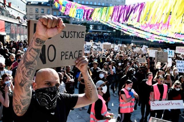 """Dün başkent Stockholm'de yaşananlara rağmen polis, 50 kişinin bir araya gelerek ABD'de yaşanan polis cinayetini protesto etmek için izin verdiği ancak şuana kadar 2 bin 900 kişinin gösteriye katılmak istediğini bildirdiği belirtildi.  Devlet epidemiyoloğu Anders Tegnell bunun yapılmasını istemiyor.  Tegnell, """"Bu tür büyük kamu toplantılarının bir risk olduğunu biliyoruz"""". Uygunsuz ve yasadışı olduklarını söyledi."""