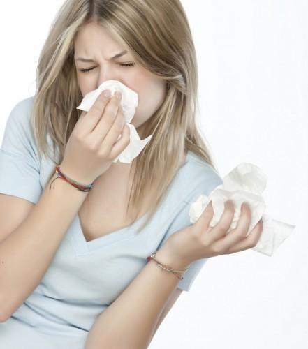 Vücut, bağışıklık sistemi ve mikroplar arasındaki reaksiyonun, akciğerlerdeki havayollarında iltihaba neden olduğunu da söyleyen Rassmusen, bu reaksiyonların vücuttaki semptomların az ya da çok yaşamasına neden olduğunu kaydetti.