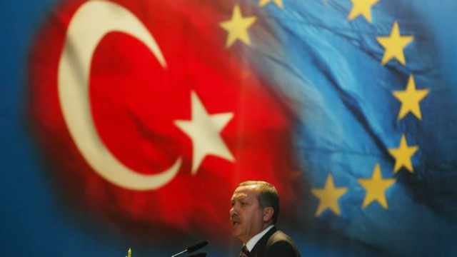 Bugün 3 Ekim 2015. 10 yıl önce bugün Türkiye Avrupa Birliği'ne üyelik müzakerelerine başladı. Şimdilerde durağan bir dönemden geçen Avrupa Birliği - Türkiye ilişkilerinin 10 yılı...