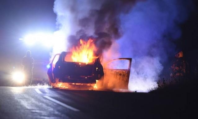 İsveç'te bir sürücü seyir halindeyken aracı alev aldı.
