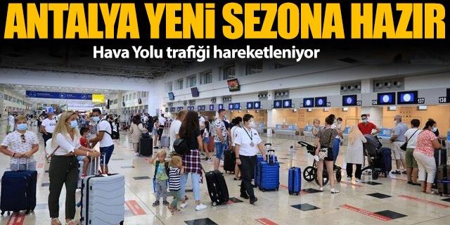 """Dünyanın en önemli turizm destinasyonları arasında yer alan Antalya, bu yıl daha fazla turisti ağırlamaya hazırlanıyor.  Yeni tip koronavirüse (Covid-19) rağmen geçen yılı 3,5 milyon turistle kapatan ve ağırladığı turist sayısı bakımından """"turizmin başkenti"""" olarak nitelendirilen Antalya, yeni sezon için de umutlu.  Güvenli Turizm Sertifika Programı ile havalimanından otellere kadar her alanda alınan tedbirlerle """"sağlıklı ve keyifli"""" tatilin adresi olan kentte, hava yolu trafiği de hareketlenmeye başladı."""