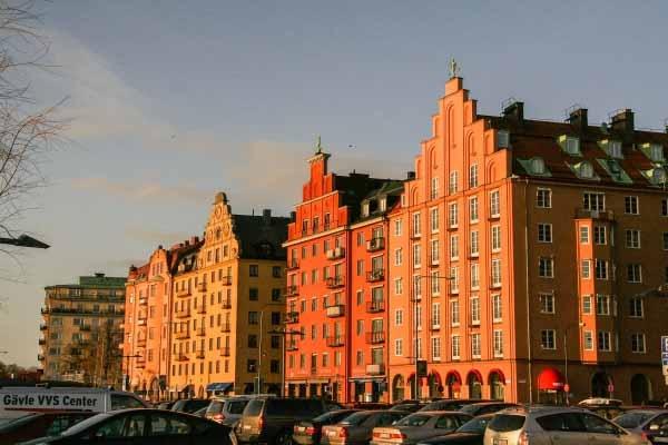 1. Stadshuset ve Norr Mälarstrand.  Riddarfjärden'deki Kuzey Mälarstrand'da en popüler şehir içi yürüyüşlerinden biridir. Şehir evleri, tekne evleri, kafeler ve dinlenme alanları geçiyor.