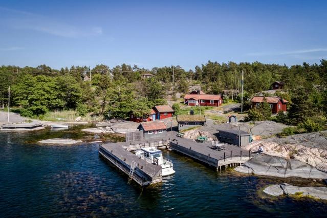 Dünya'da benzersiz adalar köyü olarak tarif edilen ve bölge olark Fiversättraön ya da Stråholmen olarak geçen 1988 yılında inşa edilip ve harika yelkenli gezilerin yapıldığı bir nokta. 8 Odalı kocaman bir malikane gibi olan ev sabahtan akşama kadar güneş alan ve gün batımının en güzel manzarasını sunuyor.