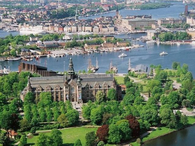 """İskandinavya'nın ekonomik ve kültürel merkezi olan Stockholm, zengin bir tarihi mirasa sahip. 14 ada üzerinde kurulu olan ve kent sınırları içerisindeki toprakların %40'ını park ve yeşil alanların oluşturduğu """"Kuzey'in Venedik""""i Stockholm'ün gezilecek yerlerinden bazılarını, Stockholm gezi rehberinde bulabilirsiniz..."""