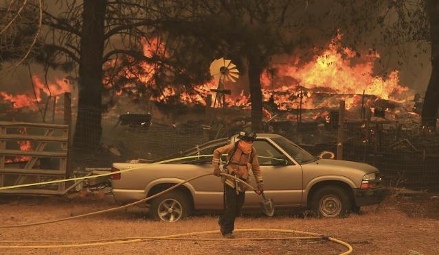 ABD'nin California eyaleti, geçen hafta kuzey bölgesinde çıkan ve henüz kontrol altına alınamayan alevler nedeniyle tarihinin en büyük yangın felaketiyle mücadele ediyor.