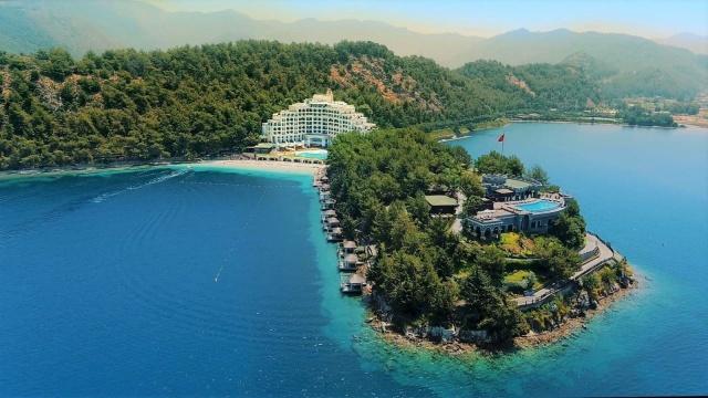 Türkiye, Avrupa başta olmak üzere, dünyanın dört bir yanındaki turistler için ilk on seyahat destinasyonundan biri. Zengin tarihi ve egzotik yapıları, olağanüstü doğal güzellikleri, Müslüman dostu hizmet anlayışı ve Avrupa ve Asya'nın iki yakasında yer alan üç yanının masmavi denizlerle çevrili oluşuyla eşsiz bir tatil destinasyonu.  Günümüzde ise global çapta helal seyahat pazarının genişlemesiyle önemi daha da artan Türkiye, helal gezi, helal tur, helal balayı ve helal tatiller için dünyanın en popüler helal destinasyonlarından biri haline geldi. 8.000 kilometreden daha uzanan bir sahil şeridine sahip ülkemiz, özellikle Müslüman balayı çiftlerinin gözdesi. Öte yandan kuzeyde yemyeşil Karadeniz'i ile Müslüman ailelerin, güneyde Ege ve Akdeniz'in dinamik yaşantısıyla Müslüman gençlerin, İslam tarihini en iyi şekilde yansıtan Anadolu'nun eşsiz dokularıyla da İslami turlara ilgisi olanların vazgeçemediği bir zenginliğe sahip.