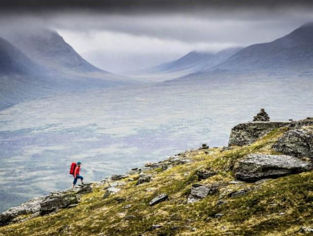 İsveç'in en iyi 11 yürüyüş parkuru Yaz sezonlarında İsveç'ten başka ülkelere tatile gidenler gibi başka ülkelerden de İsveç'te doğa ile iç içe bir tatil yaşama hayali kuranlarla doluyor.