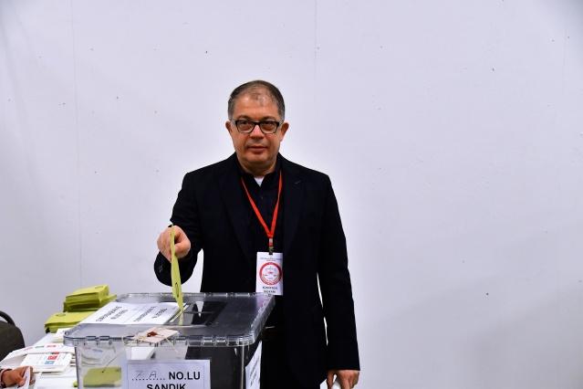 Türkiye'nin Stockholm Büyükelçisi Emre Yunt, AA muhabirine yaptığı açıklamada, ''Bugün başlayan oy verme süreci sorunsuz olarak devam ediyor. Sabahtan itibaren buradayız, inşallah yarın da aynı şekilde devam eder ve vatandaşların kullandığı oyları sorunsuz şekilde Türkiye'ye göndeririz.'' dedi.