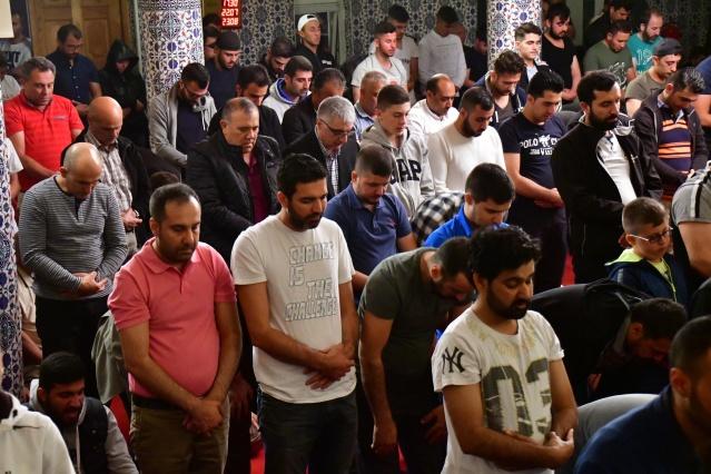 Ortalama 20 saat oruç tutan ve teravih namazını kılmak için camilere akın eden gurbetçiler yer bulmakta güçlük çekti.