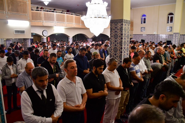 Namazdan sonra birbirlerinin Kadir Gecesi'ni kutlayan Müslümanlara, cami derneği tarafından çeşitli yiyecek ve içecekler ikram edildi.